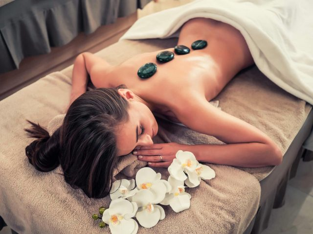 http://primavera.bold-themes.com/main-demo/wp-content/uploads/sites/3/2018/10/spa-stone-massage-3-640x480.jpg